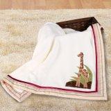 Bebé recién nacido que cubre la manta con bordado
