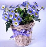 Flores salvajes artificiales coloridas en cesta de la rota con el Bowknot encantador para cualquie decoración pública