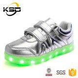 4 la hebilla de los colores dos que el LED impermeable se enciende para arriba embroma los zapatos para el zapato del deporte al aire libre de los niños
