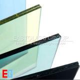 Freier Raum und farbiges lamelliertes Glas