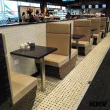 人工的な石造りのレストランの長いダイニングテーブル
