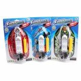 Brinquedos da água (meio) do barco inflável na corrente com bomba