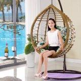 庭の家具のハングの椅子の柳細工の卵の椅子の屋外の藤の振動椅子(D017)