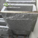 Серый камень стены стороны утеса с плоскими и угловойыми частями