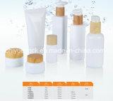 木製カラーのプラスチックびんを包む光沢のある白い化粧品