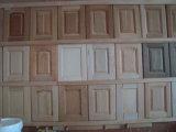 純木の食器棚のドア