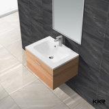 La parete di pietra artificiale bianca del bacino ha appeso il dispersore della stanza da bagno