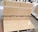 Il marmo giallo pieno di sole copre di tegoli le mattonelle di pavimentazione