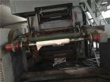 L'aiutante fa funzionare facilmente la stampatrice di carta di rotocalco