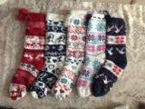 Quattro calzini lavorati a maglia delle donne di colore