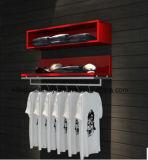 Shopfront avec des mannequins pour le magasin au détail, étalage de guichet