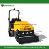 Giro sul rullo compressore vibratorio idraulico con la funzione del bulldozer