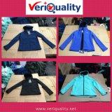 Обслуживание осмотра качественного контрола курток Softshell повелительниц & малышей на Lean, Jiangxi