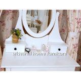 Tabela de limpeza da mulher com gavetas e o espelho oval do frame