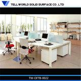 La scrivania bianca ha impostato per l'ufficio