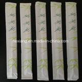 Baguettes aux sushi avec du papier