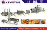 Ser humano que come as microplaquetas de milho que fazem a máquina do alimento da produção da microplaqueta de Tortilla da máquina