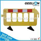 Белые, желтые, красные пластичные барьеры дороги, барьер упаковки автомобиля