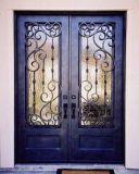 標準的なデザインアーチの上の鉄の正面玄関のドア