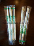 Palillos de bambú disponibles que envuelven el papel plástico