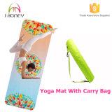La estera superior de la yoga del caucho natural con lleva el bolso