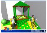 Mini patio del área del niño con la piscina de la bola