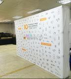 Il tessuto di stirata della visualizzazione del contesto del Tradeshow schiocca in su il basamento con la bandiera di stampa