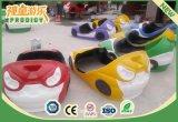 L'amusement de gosses conduit les véhicules de butoir électriques pour la cour de jeu d'intérieur