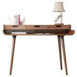Mesa de informática de madeira clássica em sala de estudo