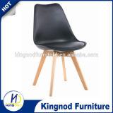 Chaise de café confortable / Chaises en plastique coloré / Chaise à manger en bois