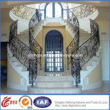 Pasamano interior de la escalera del hierro labrado