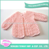 Laines de qualité tricotant à la main le chandail de l'hiver d'enfant