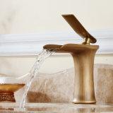 Misturador de bronze antigo da bacia da cozinha