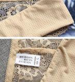 La ropa interior atractiva de las mujeres bonitas románticas considera a través la ropa interior transparente con las bragas de T