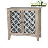 Um gabinete de madeira da porta da gaveta dois no revestimento natural da madeira