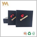 Rectángulo de empaquetado del regalo negro con la flor