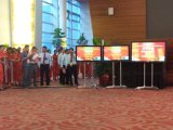 Un'affissione a cristalli liquidi da 43 pollici, visualizzazione di comitato del LED che fa pubblicità al riproduttore video seleziona il contrassegno di Digitahi del chiosco