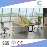 Elegante mesa de oficina con tabique