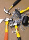 A mão utiliza ferramentas o martelo de garra forjado do jogo de ferramenta 20oz gota Stubby com punho macio