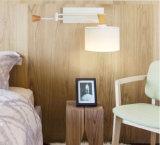 Luces negras contemporáneas de la lámpara de pared del oscilación del dormitorio de madera y del metal con la cortina de la tela para el hotel