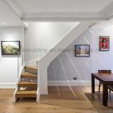 Scala diritta in legno con recintare del legno delle scale del cavo dell'impronta di anti slittamento