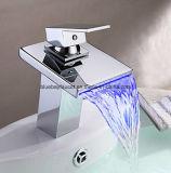 Robinet en laiton de récipient de la cascade à écriture ligne par ligne DEL de Bluebay