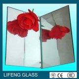 O vidro chanfrado do espelho das bordas com multa lustrou