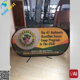 O anúncio feito sob encomenda da impressão horizontal estala acima a bandeira