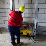 機械装置装置を塗る構築のコンクリートの壁