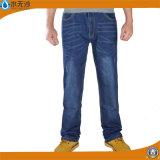 As calças magros da sarja de Nimes dos homens novos do projeto esticam calças de brim azuis do algodão