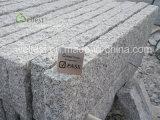 灰色の花こう岩の縁、花こう岩の縁石の石、道の縁石、荒いブロック