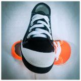Chaussure noire de couleur avec le lacet et la semelle classiques