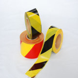 探索可能で黄色く黒い床のマーキングの注意テープ