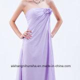Las alineadas hermosas de la dama de honor con el mantón florecen la alineada de partido de la huésped de la boda